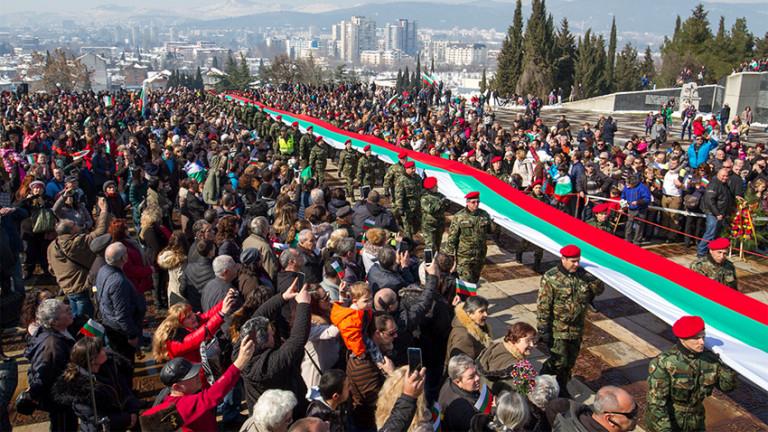 В Плевен показаха най-дългото българско знаме, ушито от деца