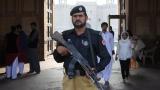 Десетки убити и ранени при самоубийствен атентат в джамия в Пакистан