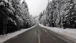 Прекъсвания на тока и затруднения в трафика заради обилен сняг в Смолянско