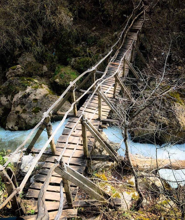 Мостът над реката