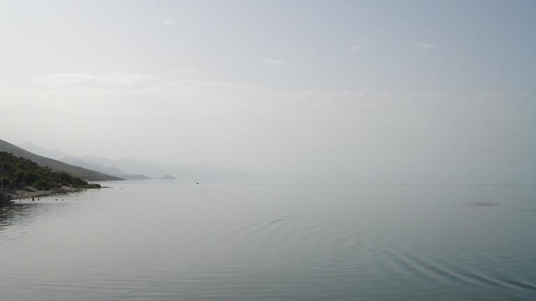 Снимка: Лодка се преобърна в Шкодренското езеро, има жертва и изчезнали