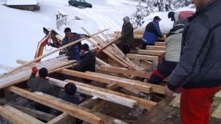 "Доброволци възстановиха покрива на хижа ""Ком"""