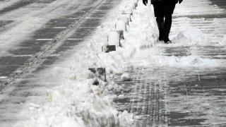 Обработват улиците в столицата срещу заледяване
