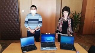 Над 100 ученици в нужда получиха компютри