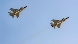 """Русия пуска Миг-31 с """"Кинжал"""" на учения в Средиземно море, самолетоносачът на Британия е в региона"""