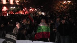 """Националисти шестват към мигрантите на Лъвов мост, центърът """"почерня"""" от полиция"""