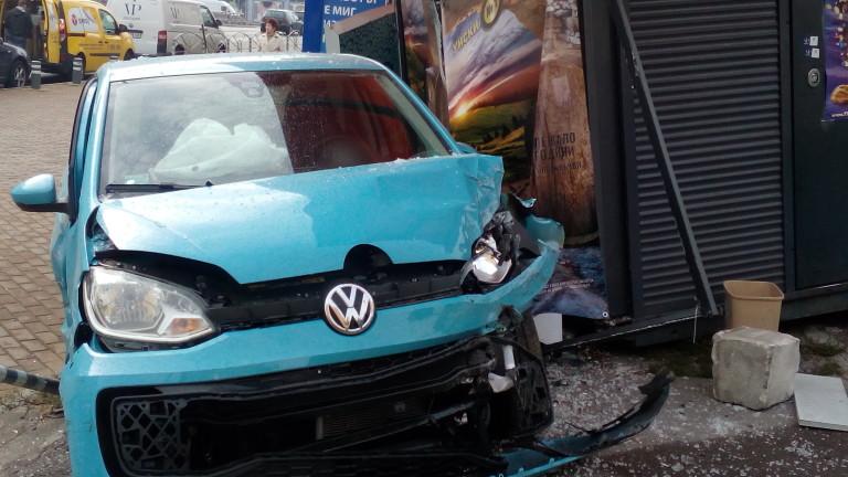 Лека кола излезе от пътя и се заби в павилион