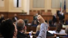 """Парламентът отново вика Борисов, ГЕРБ скандират """"Мутри, вън!"""""""