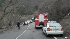Кола падна в река Струма след катастрофа