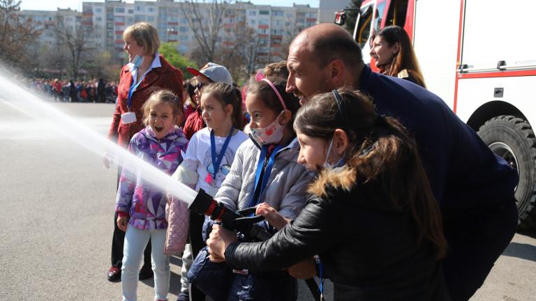 Столичните пожарникари, доброволци и представители на БЧК проведоха мащабно тренировъчно
