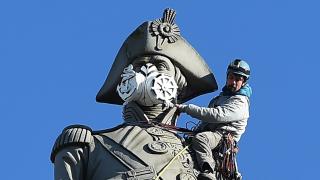 """Активисти от """"Грийнпийс"""" сложиха противогази на паметници в Лондон"""