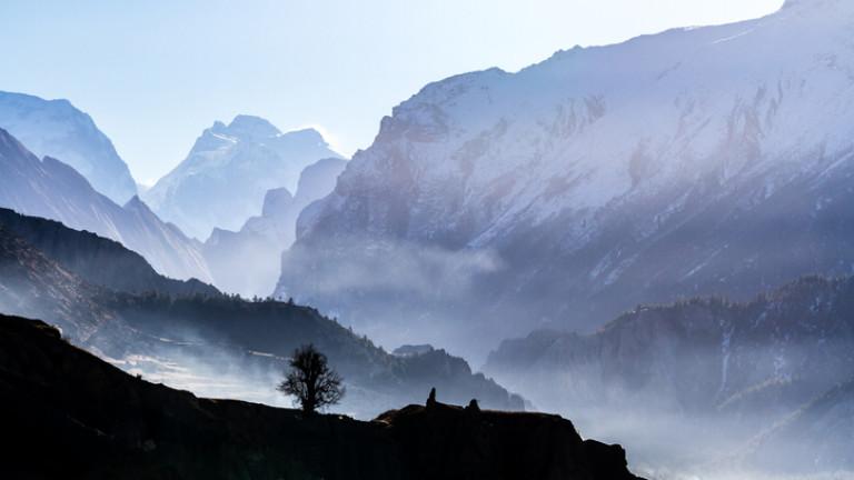 Министърът на туризма на Непал и шест души загинаха с хеликоптер в Хималаите
