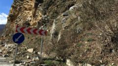 Свличане на скална маса затрудни движението по пътя Девин-Михалково