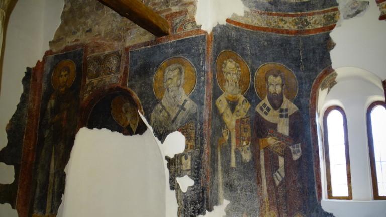 Руши се 150-годишен храм в ябланското село Малък извор