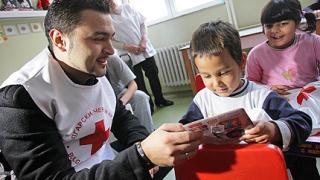 Доброволци от БЧК зарадваха деца, настанени в болници