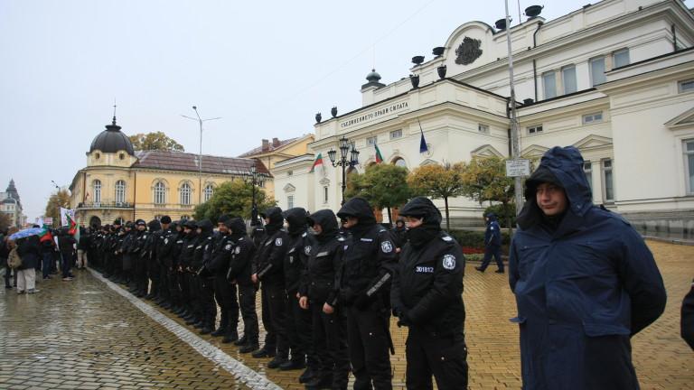 МВР призовава протестиращите да спазват дадените от полицейските служители разпореждания.