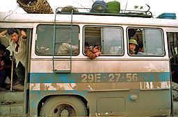 Трима загинаха във Виетнам при експлозия на автобус