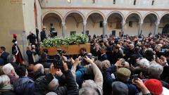 Стотици присъстваха на поклонението на Умберто Еко в Милано