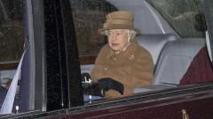 Елизабет II за първи път напусна Уиндзор от март и посети секретна военна лаборатория