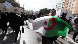 Вълна от демонстранти заля Алжир в протест срещу президента