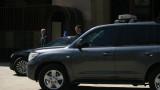 Кола на НСО в насрещното, а шофьорът спори с катаджия