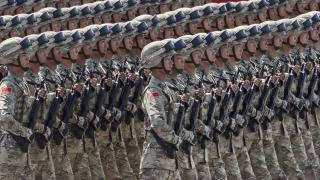 Китай участва с Русия във военни игри докато се отчуждава от САЩ