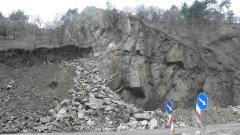 Паднали камъни отново затрудняват шофьорите по пътя Кримич - Девин