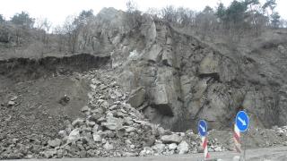 60-тонна скала надвисна над домове в Провадия