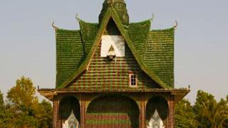 Будисти си построиха храм от бирени бутилки (галерия)