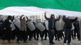 """Последно: Протестиращи """"навестиха"""" президентството, ДКЕВР и запалиха знаме пред НС"""