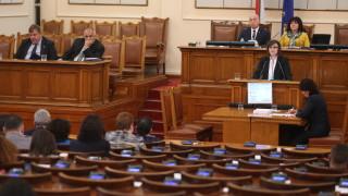 Нинова пита Борисов дали е премиер или управител на летен лагер