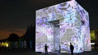 Москва с нова придобивка - огромен дигитален куб (ВИДЕО)