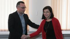Кунева връща Паисий и Чинтулов в часовете по литература, Робинзон Крузо - няма шанс