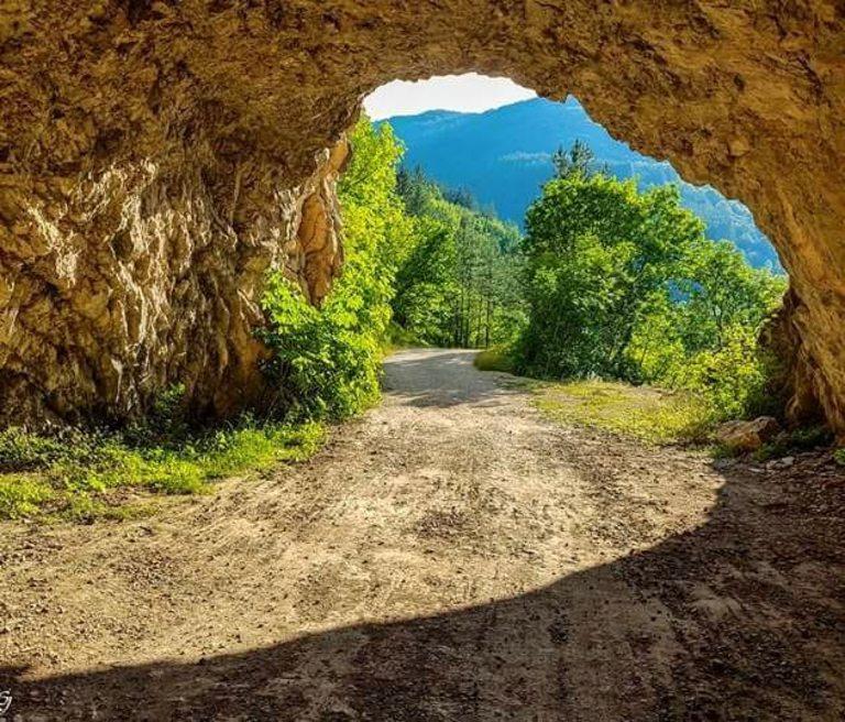 Единият край на тунела в скалата