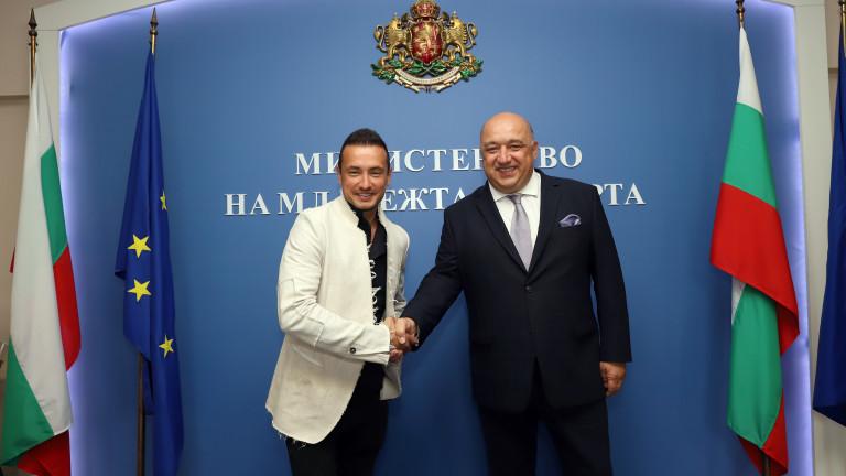 Снимка: Министър Кралев се срещна с най-изявения ни състезател по мотоциклетизъм Мартин Чой