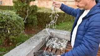 Часове след поставянето й коледната украса в Ловеч бе унищожена от вандали