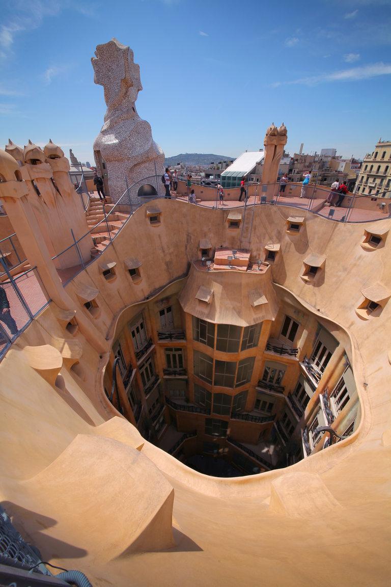 Casa Milà, поглед от покрива към вътрешния двор