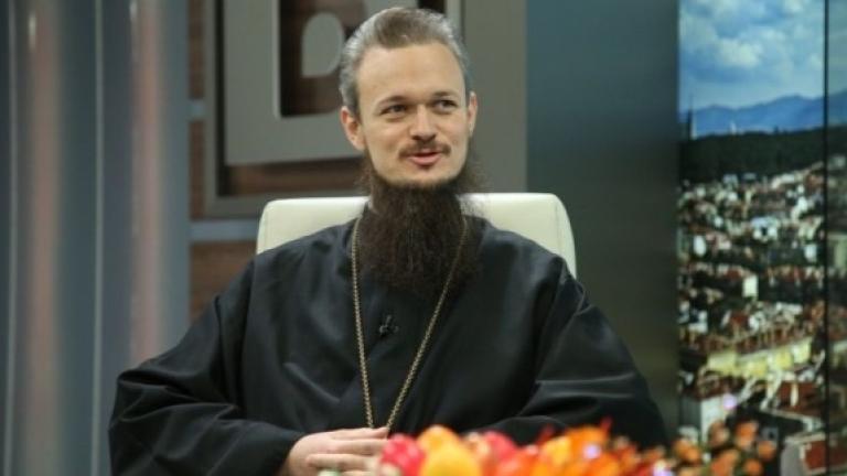 Премиерът и министрите вън от църквата, иска отец Дионисий