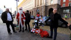 """""""Отровното трио"""" украси елха с кюлчета срещу Министерския съвет"""