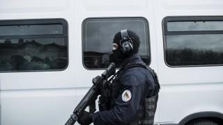 Задържаха две жени за атаката в Париж