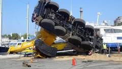 Товарен автомобил с кран се обърна във Варна
