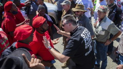 Южна Африка: Конфронтация между бели фермери и чернокожи заради убийството на бял мъж