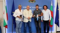 Министър Кралев награди кануиста Ангел Кодинов за сребърния медал от Световното първенство