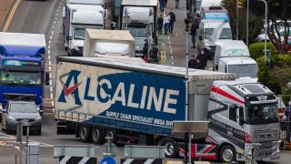 Гневни шофьори на камиони влязоха в сблъсък с полицията на английско пристанище