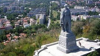 Паметникът Альоша в Пловдив осъмна, залят с червена боя
