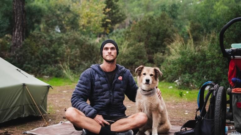 Мъжът, който обикаля света с кучето си