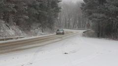 Сняг затвори проходи за камиони