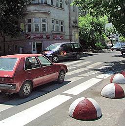 Шофьор блъска трима на пешеходна пътека и бяга