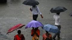 Най-малко 22 души загинаха при блъсканица в Мумбай