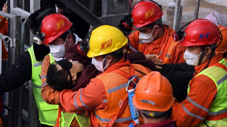 Деветима китайски миньори, заклещени под земята повече от две седмици,